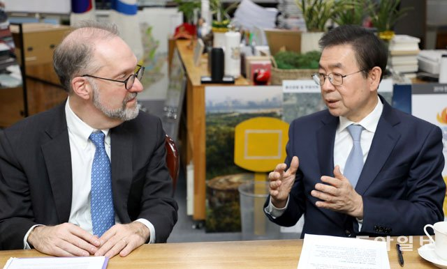 Dean Weil meeting with Seoul Mayor Won-Soon Park of Seoul in December of 2018